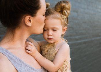 moeder kind knuffel zon