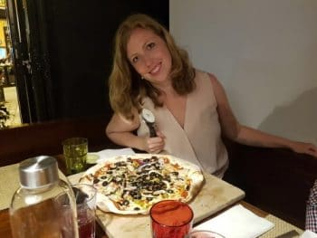 Laura heeft honger en eet een pizza